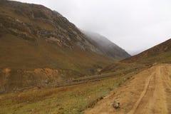 As trilhas bonitas em montanhas grandes em kashmir sob o céu nebuloso imagens de stock