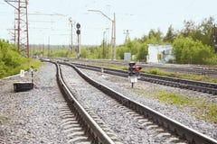 As trilhas de estrada de ferro aproximam a estação de comboio Imagem de Stock