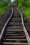 As trilhas de estrada de ferro, cercam o trem bonde Fotos de Stock