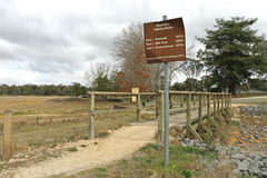 As trilhas de passeio da recreação assinam em um parque da recreação Fotografia de Stock Royalty Free