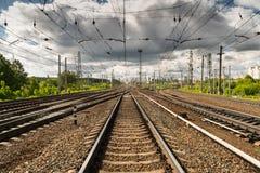 As trilhas do trem vão sobre a linha do horizonte Imagem de Stock