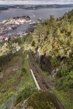 As trilhas e o Bergen do teleférico de Fløibanen da montanha de Fløyen imagem de stock