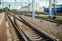 As trilhas e os trens de estrada de ferro têm muitos trajetos e interseções imagens de stock royalty free