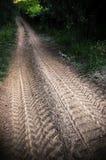 As trilhas na estrada de terra imagem de stock royalty free