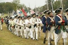 As tropas francesas marcham ao campo da rendição no 225th aniversário da vitória em Yorktown, um reenactment do cerco de Yorktown Fotos de Stock