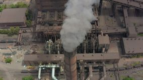 As tubulações da indústria poluem a atmosfera com fumo, poluição da ecologia, pilhas de fumo vídeos de arquivo