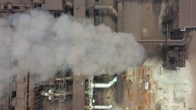 As tubulações da indústria poluem a atmosfera com fumo, poluição da ecologia, pilhas de fumo filme