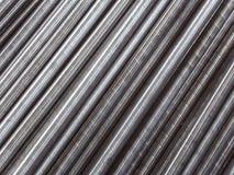 As tubulações de aço e as hastes colocaram a paralela à diagonal Fundo abstrato industrial Fotos de Stock Royalty Free