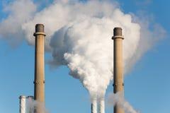 As tubulações de fumo de uma fábrica Foto de Stock Royalty Free