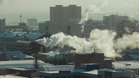 As tubulações industriais poluem a atmosfera da cidade com fumo no inverno em um dia ensolarado Poluição ambiental: tubulação filme