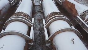As tubulações da fábrica velha no tempo de inverno Roube o encanamento grande vídeos de arquivo