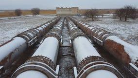 As tubulações da fábrica velha no tempo de inverno Roube o encanamento grande filme
