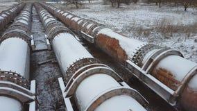 As tubulações da fábrica velha no tempo de inverno Roube o encanamento grande video estoque