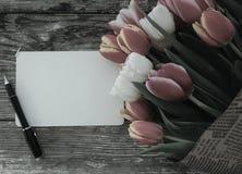 As tulipas ajuntam-se no fundo de madeira das pranchas do celeiro escuro Imagens de Stock Royalty Free