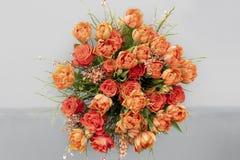 As tulipas alaranjadas, rosas, vassoura na mola florescem o ramalhete foto de stock royalty free