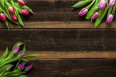 As tulipas florescem na tabela rústica para o 8 de março, mulheres internacionais Fotografia de Stock Royalty Free
