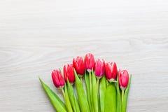 As tulipas vermelhas estão na tabela Imagens de Stock