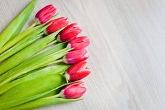 As tulipas vermelhas estão na tabela Fotos de Stock
