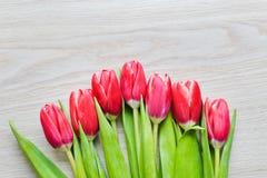 As tulipas vermelhas estão na tabela Fotografia de Stock