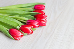 As tulipas vermelhas estão na tabela Fotografia de Stock Royalty Free