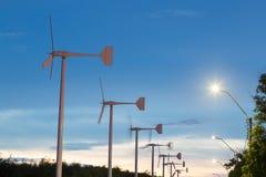 As turbinas eólicas gerenciem a eletricidade Fotos de Stock Royalty Free