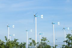 As turbinas eólicas gerenciem a eletricidade Imagens de Stock Royalty Free