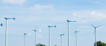 As turbinas eólicas gerenciem a eletricidade Imagens de Stock