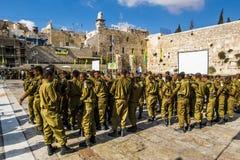 As unidades de combate no exército israelita foram juradas perto de lamentar wal Fotografia de Stock