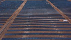 As unidades solares fotovoltaicos da vista industrial aérea abandonam o ambiente produzindo a energia renovável vídeos de arquivo