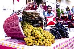 As uvas estão vindo para baixo de uma cesta Fotos de Stock Royalty Free