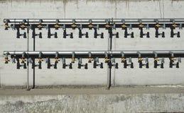 As válvulas de bola conectaram às tubulações que esperam para ser conectado às casas novas sob a construção fotografia de stock royalty free