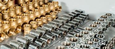 As válvulas do cromo e do bronze do equipamento do encanamento tees cotovelos foto de stock