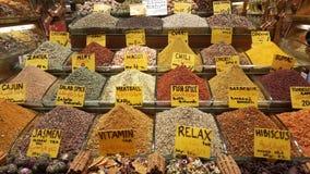 As várias especiarias são vendidas em mercados em Turquia fotografia de stock royalty free
