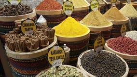 As várias especiarias são vendidas em mercados em Turquia fotografia de stock