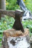 As varas do machado no log Imagem de Stock