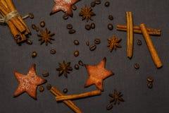 As varas e o anis de canela temperam a estrela, isolada em um close-up preto do fundo Vista de acima Fotografia de Stock