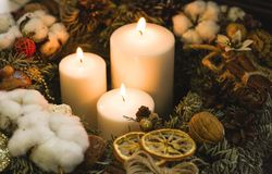 As velas ardentes brancas do Natal em um pinho envolvem-se Imagem de Stock