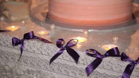 As velas decoram o bolo de casamento vídeos de arquivo