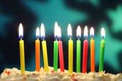 As velas do aniversário fecham-se acima imagem de stock
