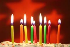 As velas do aniversário fecham-se acima foto de stock