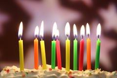 As velas do aniversário fecham-se acima imagens de stock