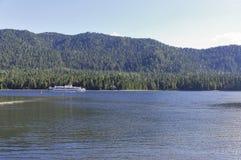 As velas do navio no lago Teletskoye Fotos de Stock Royalty Free