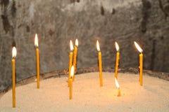 As velas estão queimando-se no templo foto de stock
