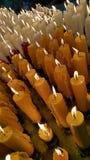 As velas iluminam-se acima como um oferecimento Fotos de Stock Royalty Free