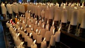 As velas iluminam-se acima como um oferecimento aos deuses Imagens de Stock Royalty Free