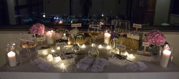 As velas nas lanternas de vidro, decoração à moda do casamento para nivelar wed fotos de stock