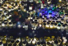 As velas queimam-se na luz escura imagens de stock