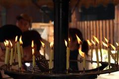 As velas usadas em um ritual xintoísmo em um santuário japonês imagem de stock