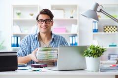 As vendas assistentes na editora que mostra livros impressos prontos imagem de stock