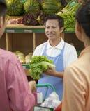 As vendas clerk a ajuda de pares no supermercado, Pequim fotografia de stock